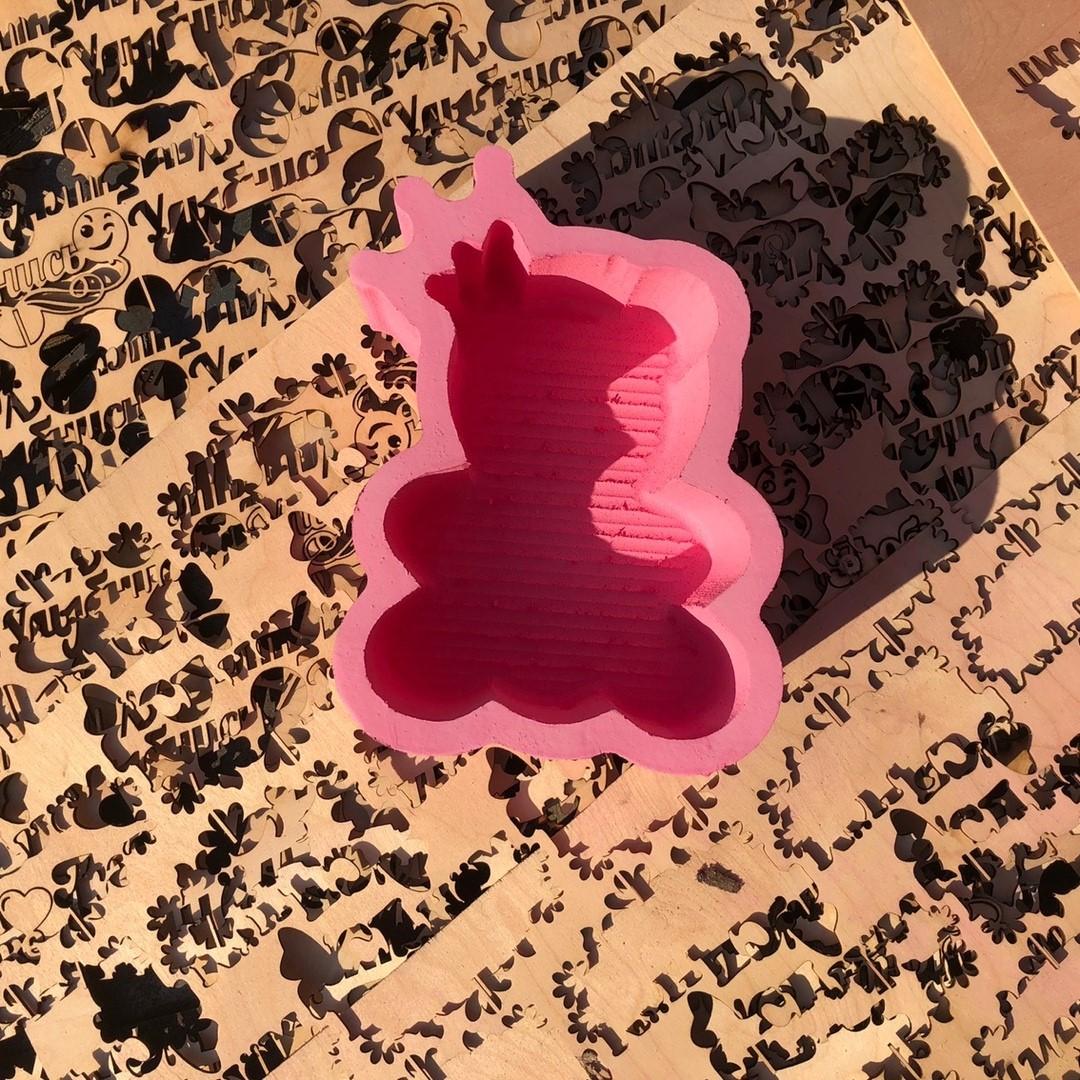 Пенобокс - «Мишка» Пенобокс изготовлен из пенополиэстирола экструдированого. Все пенобоксы нашего производства являются цельными !!! Мы их не склеиваем ! Данная упаковка отлично подходит для составления цветочных букетов т.к. не требует дополнительной гидроизоляции. Пенобоксы нашего производства - могут быть с высотой стенки (борта) - 10 см (глубиной 8.5 см) и высотой стенки 5 см (глубиной 4 см). Цвет изделия на стоимость не влияет ! Все пенобоксы окрашиваются специальным полимерным составом, который не взаимодействует с водой. Пенобоксы нашего производства не окрашиваются от контакта с водой. Преимущества наших пенобоксов перед изделиями подобного типа, производимыми нашими конкурентами - 100% герметичность (не протекают) и 100% не взаимодействие с водой (не окрашиваются)! Пенобоксы, Мишка, Пенобоксдешево, Пенобокс в Белгороде, Доставка по области, Кашпо, Коробочка для букета, Любимой маме, Подарок к дню матери, День Матери, Наложенный платеж, Белгород, Курск, Тамбов - Цена, Стоимость - 190 руб.(доставка по всей России)