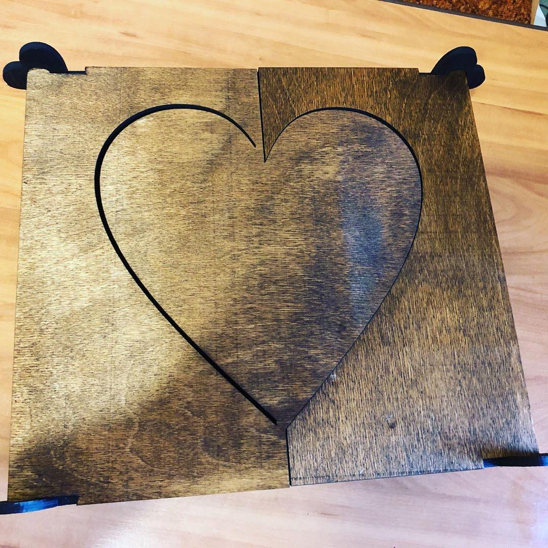 Ящик двустворчатый «Сердце» Материал - Дерево. Цвет (основание и внутри - черный матовый, Верхняя крышка Под дерево. Размеры 33х30х10 см Ящик,сердце,створки,крышка,ящик с крышкой - Цена, Стоимость - 550 руб.(доставка по всей России)
