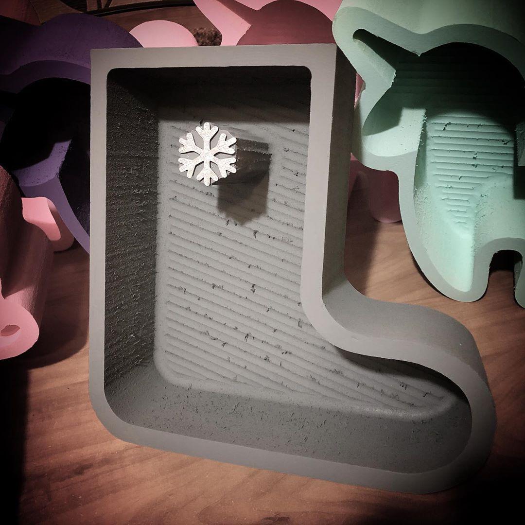 Пенобокс - «Валенок» Пенобокс Валенок изготовлен из пенополиэстирола экструдированого. Все пенобоксы нашего производства являются цельными !!! Мы их не склеиваем ! Данная упаковка отлично подходит для составления цветочных букетов т.к. не требует дополнительной гидроизоляции. Пенобоксы нашего производства - могут быть с высотой стенки (борта) - 10 см (глубиной 8.5 см) и высотой стенки 5 см (глубиной 4 см). Цвет изделия на стоимость не влияет ! Все пенобоксы окрашиваются специальным полимерным составом, который не взаимодействует с водой. Пенобоксы нашего производства не окрашиваются от контакта с водой. Преимущества наших пенобоксов перед изделиями подобного типа, производимыми нашими конкурентами - 100% герметичность (не протекают) и 100% не взаимодействие с водой (не окрашиваются)! Пенобоксы к новому году, пенобокс валенок, валерок для флориста, форма валенок,#пенобоксыбелгород, #пенобоксы, пенобоксы, пенобоксыбелгород, Белгород, Пенобоксысердце - Цена, Стоимость - 275 руб.(доставка по всей России)
