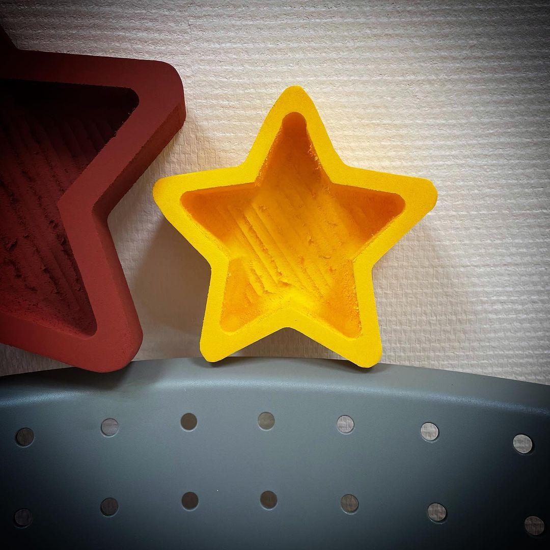 Пенобокс «Мини звезда» Пенобокс Мини звезда изготовлен из пенополиэстирола экструдированого. Все пенобоксы нашего производства являются цельными !!! Мы их не склеиваем ! Данная упаковка отлично подходит для составления цветочных букетов т.к. не требует дополнительной гидроизоляции. Пенобоксы нашего производства - могут быть с высотой стенки (борта) - 10 см (глубиной 8.5 см) и высотой стенки 5 см (глубиной 4 см). Цвет изделия на стоимость не влияет ! Все пенобоксы окрашиваются специальным полимерным составом, который не взаимодействует с водой. Пенобоксы нашего производства не окрашиваются от контакта с водой. Преимущества наших пенобоксов перед изделиями подобного типа, производимыми нашими конкурентами - 100% герметичность (не протекают) и 100% не взаимодействие с водой (не окрашиваются)! Мини звезда,фигурки для цветов, боксы для сладостей, боксы для цветов,Пенобоксы авиация, gtyj,jrcs, #пенобоксыбелгород, #пенобоксы, пенобоксы, пенобоксыбелгород, Белгород, Пенобоксысердце - Цена, Стоимость - 73 руб.(доставка по всей России)