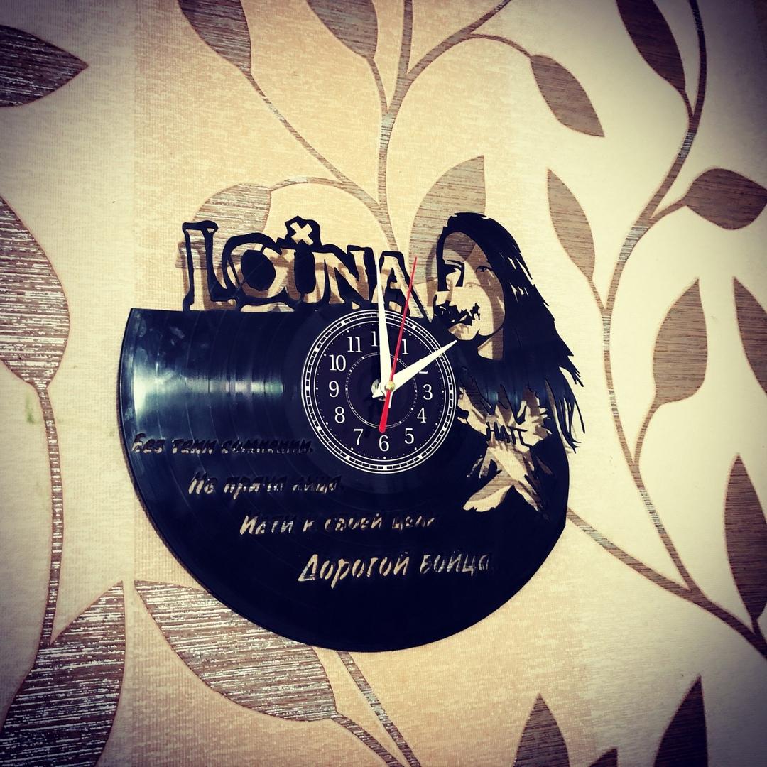 Часы из пластинки «Louna» Настенные часы изготовлены из старой виниловой пластинки. Отлично впишутся в любой интерьер. Произведут незабываемое впечатление на ваших знакомых. Часы из пластинки,Алиса,Сделай сам,сувенир,подарок,фанера, часы из пластинки в москве, часы из пластинки в наличии - Цена, Стоимость - 900 руб.(доставка по всей России)
