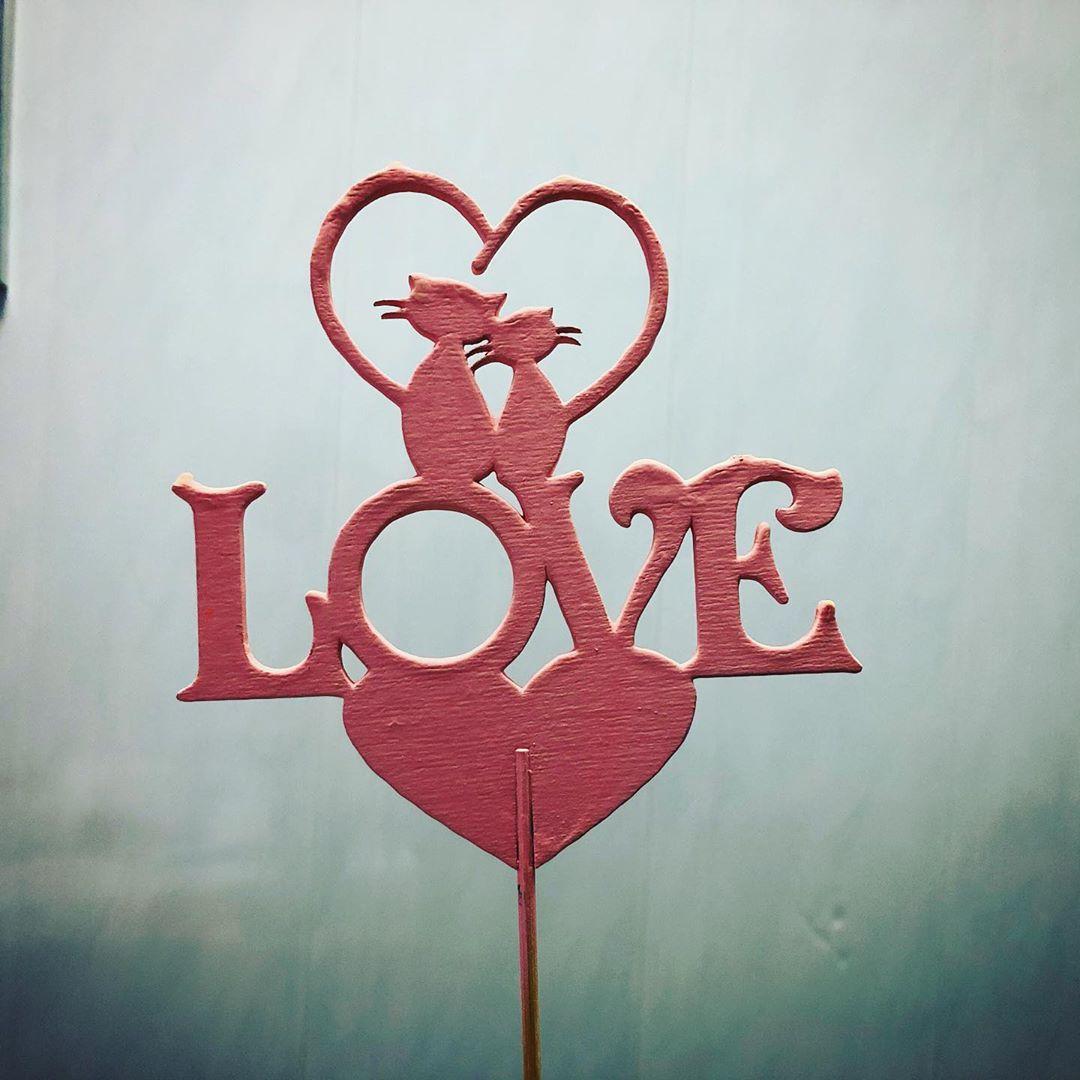 Топер «Love» Топер «Love», изготовлен из березового шпона методом лазерной резки. Отличное дополнение к букету или в тортик. топер, топер в торт, деревянная надпись, топпер. открытка из дерева, ты просто космос - Цена, Стоимость - 20 руб.(доставка по всей России)